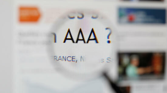 "huGO-BildID: 26483740 (FILES) A closeup taken on December 23, 2011 in Paris, shows a media website with triple ""A"" letters ( AAA ). Moody's affirms France's top Aaa rating on May 24, 2012. AFP PHOTO THOMAS COEX Quelle: AFP"