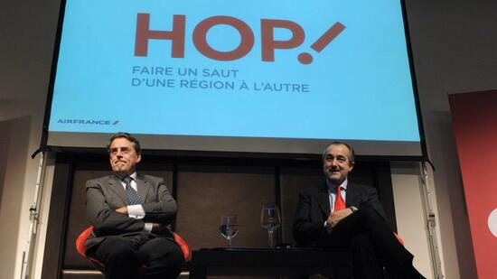 Hop!-Chef Lionel Guerin (r.) and Air-France-Boss Alexandre de Juniac bei der Vorstellung der neuen Marke. Quelle: AFP