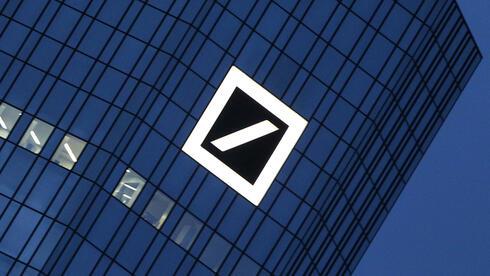 Deutsche-Bank-Logo in Frankfurt: Mit dem neuen Kapitalpuffer will das Geldinstitut seine Verschuldungsquote verbessern. Quelle: AFP