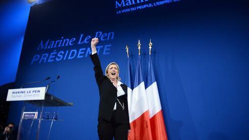 Die französische Präsidentschaftskandidatin Marine Le Pen der rechtsextremen Front National feiert ihren gefühlten Wahlsieg. Quelle: AFP