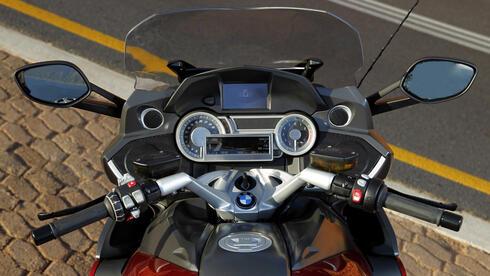 K 1600 GT und GTL: Beide Modelle sind serienmäßig mit ABS, Abblendscheinwerfer mit Xenon-Licht, Geschwindig keitsregelung, Bordcomputer, beheizbaren Len kergriffen und beheizbarer Sitzban k ausgestattet. Die GTL verfügt zusätzlich unter anderem über ein Audiosystem mit Vorbereitung für ein Navigationssystem, das optional auch für die GT angeboten wird. Quelle: Pressefoto