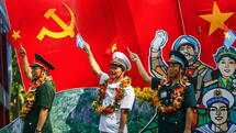 huGO-BildID: 43918287 epa04726519 Vietnamese veterans wave flags during a parade marking the 40th anniversary of the end of the Vietnam War in Ho Chi Minh City, Vietnam, 30 April 2015. On 30 April 1975, North Vietnamese troops poured into Saigon, now called Ho Chi Minh City, for the final day of a two-decade conflict which had divided a nation, the end of the conflict coming two years after the United States withdrew its troops under the Paris Peace Accords. EPA/LE QUANG NHAT +++(c) dpa - Bildfunk+++ Quelle: dpa
