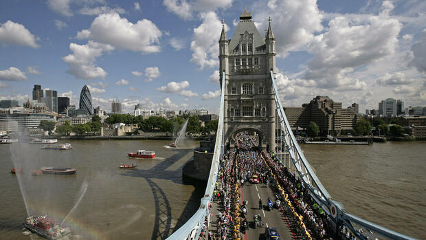 huGO-BildID: 8834191 Cyclists leave Tower Bridge in central London after marking the official opening of le Tour de France, 8 July 2007. AFP PHOTO Leon Neal Quelle: AFP