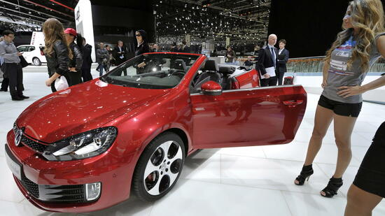 huGO-BildID: 25466045 epa03134118 The new Volkswagen Golf GTI Cabriolet car is shown during the press day at the 82st Geneva International Motor Show in Geneva, Switzerland, 06 March 2012. The Motor Show will open its gates to the public from 8th to 18th March presenting more than 260 exhibitors and more than 180 world and European premieres. EPA/MARTIAL TREZZINI +++(c) dpa - Bildfunk+++ Quelle: dpa