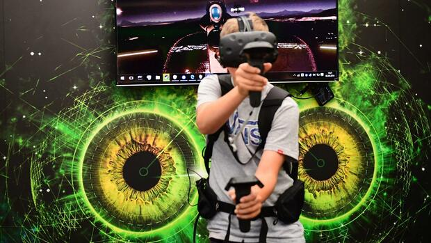A boy plays a virtual reality game at the booth of XMG at the booth of Samsung promoting the Galaxy Note7 smartphone at the IFA (Internationale Funkausstellung) electronics trade fair in Berlin on September 2, 2016. The IFA is considered the worldwide biggest leading fair for entertainment electronics, IT and household appliances and opens its doors from September 2 till 7. / AFP PHOTO / TOBIAS SCHWARZ Quelle: AFP