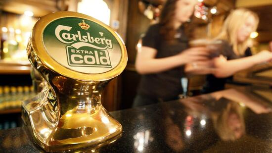 huGO-BildID: 9811061 A Carlsberg beer logo is seen at a pub in central London January 10, 2008. The country's biggest brewer Scottish & Newcastle on Thursday rejected a raised bid from Carlsberg and Heineken at 780 pence a share, or 7.6 billion pounds ($14.9 billion), and said it would only talk if the offer was at least 800p, heightening the prospect of the bid failing. REUTERS/Toby Melville (BRITAIN) Quelle: Reuters
