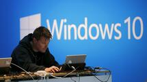 huGO-BildID: 43899969 A man works on a laptop computer near a Windows 10 display at Microsoft Build in San Francisco, California April 29, 2015. REUTERS/Robert Galbraith Quelle: Reuters