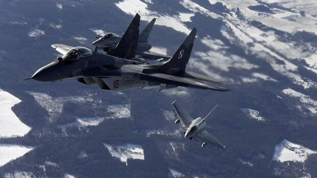 huGO-BildID: 41658724 A Polish Air Force's MIG-29 fighter (L) and Italian Air Force's Eurofighter Typhoon fighters participate during a NATO air policing mission patrol over the Baltics from the Zokniai air base near Siauliai February 10, 2015. REUTERS/Ints Kalnins (LITHUANIA - Tags: TRANSPORT MILITARY POLITICS) Quelle: Reuters