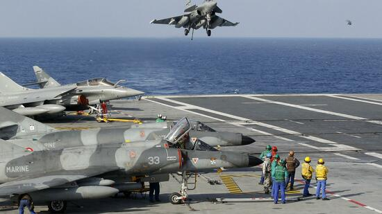huGO-BildID: 21418525 A Rafale fighter lands on the deck of France's flagship Charles de Gaulle aircraft carrier March 26, 2011. The Charles de Gaulle ran 47 air sorties against targets in Libya as France participates in the NATO no fly zone. REUTERS/Benoit Tessier (FRANCE - Tags: MILITARY CONFLICT) Quelle: Reuters