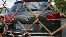 huGO-BildID: 49430268 A Volkswagen 2016 Touareg TDI is seen at a VW dealership in the Queens borough of New York, September 21, 2015. Volkswagen shares plunged more than 20 percent on Monday, their biggest ever one-day fall, after news that the German carmaker had rigged U.S. emissions tests, and Germany said it would investigate whether data had been falsified in Europe too. REUTERS/Shannon Stapleton TPX IMAGES OF THE DAY Quelle: Reuters