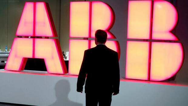A man stands in front of the logo of Swiss engineering group ABB before a news conference in Zurich, Switzerland October 4, 2016. REUTERS/Arnd Wiegmann/File Photo Quelle: Reuters