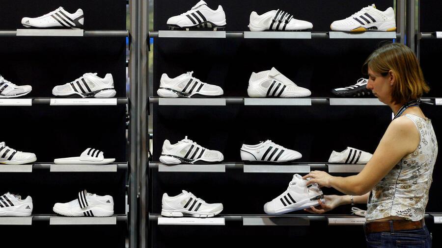 945a8a4f63a Schwarz und weiß – Adidas will den Kunden mehr bieten und bald individuelle  Schuhe direkt in