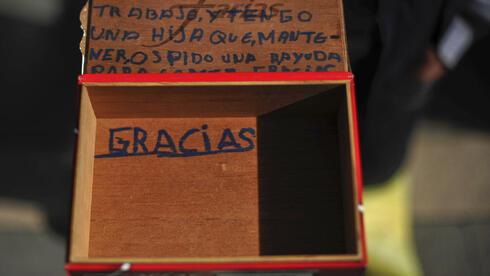 Bettler auf Spaniens Straßen: Die öffentlichen Schulden wachsen weiter. Quelle: AP/dpa