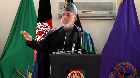 huGO-BildID: 21360730 epa02647564 Afghan President Hamid Karzai speaks during a graduation ceremony of Afghan military officers at the National Military Academy of Afghanistan in Kabul, Afghanistan on 22 March 2011. Afghan President Hamid Karzai announced on 22 March that country's security forces would take over security responsibility for four provincial cities and three provinces, that includes Kabul province, excluding the restive district of Surobi, as well as the relatively peaceful provinces of Bamiyan and Panjshir in the centre of the country, western city of Herat, the northern city of Mazar-e Sharif, Mehtarlam in the east and Lashkargah, the capital of the volatile southern province of Helmand, in a process to begin in July. EPA/S. SABAWOON +++(c) dpa - Bildfunk+++ Quelle: dpa
