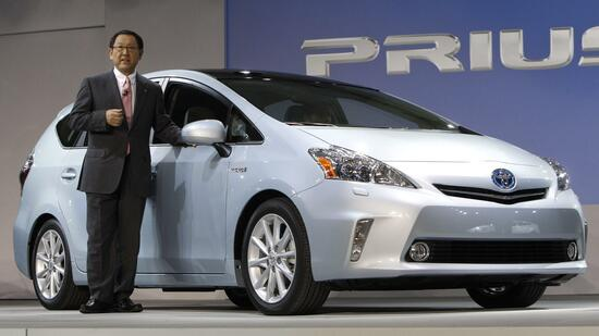 huGO-BildID: 20480950 Akio Toyoda, President, Toyota Motor Corporation introduces the Prius V midsize hybrid-electric vehicle at the North American International Auto Show in Detroit, Monday, Jan. 10, 2011. (Foto:Paul Sancya/AP/dapd) Quelle: dapd