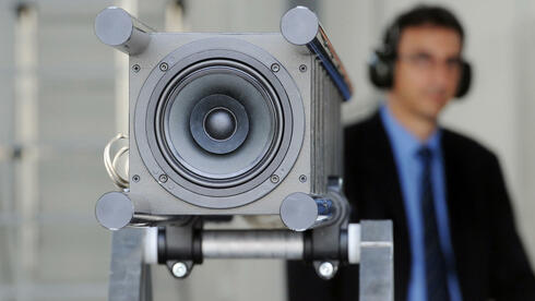 Mit Lautstärke sollen gegnerische Soldaten bekämpft werden. Die dafür notwendige Waffe besteht aus mehreren hintereinander montierten Lautsprechern, mit denen Menschen gezielt mit unangenehmen Geräuschen beschallt werden können. Quelle: dpa