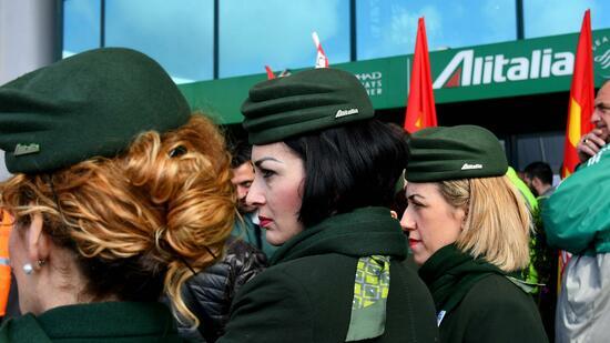 Alitalia-Personal bei einer Demonstration in Rom im März Die Mitarbeiter der angeschlagenen italienischen Fluglinie haben über einen drastischen Sanierungsplan abgestimmt. Quelle AFP