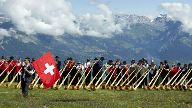 huGO-BildID: 27227418 A flag thrower performs in front of 180 alphorn players during the 11th international alphorn festival in Nendaz, south western Switzerland, Sunday, July 22, 2012. (Foto:Keystone, Jean-Christophe Bott/AP/dapd) Quelle: dapd