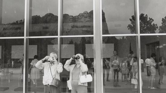 "Lee Friedlanders ""Mount Rushmore. South Dakota"" (1969) in einem späteren Gelatinesilberabzug. Quelle: Lee Friedlander, courtesy Fraenkel Gallery, San Francisco"