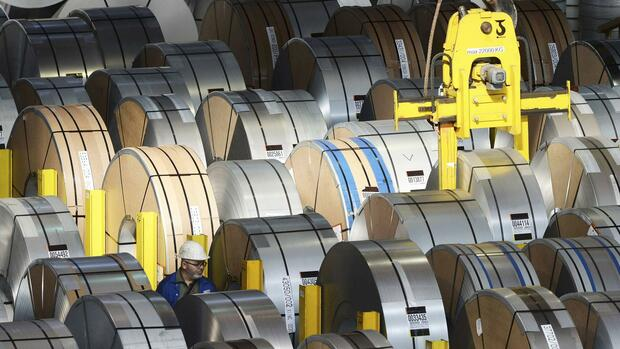huGO-BildID: 42464226 An employee walks among steel rolls at the plant of German steel company Salzgitter AG in Salzgitter, Lower Saxony on March 17, 2015. REUTERS/Fabian Bimmer (GERMANY - Tags: BUSINESS INDUSTRIAL) Quelle: Reuters