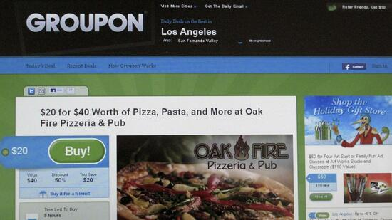 huGO-BildID: 20179453 An online coupon sent via email from Groupon is pictured on a laptop screen November 29, 2010 in Los Angeles. Google Inc is reportedly closing in on a deal to buy online discount-coupon sensation Groupon for up to $6 billion in its largest-ever acquisition, signaling a willingness to use some of its huge cash hoard to buy growth. REUTERS/Fred Prouser (UNITED STATES - Tags: BUSINESS SCI TECH) Quelle: Reuters