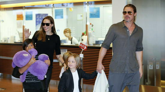 epa05549359 (FILE) A file picture dated 28 July 2013 shows US actors Angelina Jolie (2-L) and Brad Pitt (R) arriving with their children Pax Thien (L), Shiloh (hidden) and Knox Jolie-Pitt at Tokyo International Airport at Haneda, in Tokyo, Japan. According to media reports on 20 September 2016, Angelina Jolie has filed for divorce from her husband Brad Pitt, her lawyer confirmed. EPA/KIMIMASA MAYAMA *** Local Caption *** 50935095 +++(c) dpa - Bildfunk+++ Quelle: dpa
