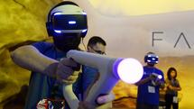 LOS ANGELES, CA - JUNE 14: Gamers try out the new Sony VR headset in Sony Playstation booth during the annual E3 2016 gaming conference at the Los Angeles Convention Center on June 14, 2016 in Los Angeles, California. The Electronic Entertainment Expo will run from June 14 -16. Kevork Djansezian/Getty Images/AFP == FOR NEWSPAPERS, INTERNET, TELCOS & TELEVISION USE ONLY == Quelle: AFP