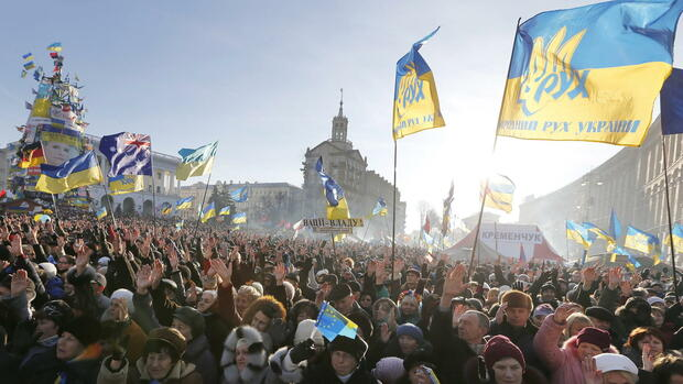 huGO-BildID: 34399308 epa03999251 Ukrainian pro-European protesters attend a protest rally on the Independence Square in Kiev, Ukraine, 22 December 2013 as protesters continue to hold their rallies in Kiev. European Union warned Russia on 20 December 2013 against applying pressure on Ukraine and other countries seeking closer ties with the bloc, as the issue looms large over talks next month between the two sides. EPA/SERGEY DOLZHENKO +++(c) dpa - Bildfunk+++ Quelle: dpa