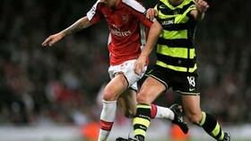 Arsenals Nicklas Bendtner (l.) im Zweikampf mit Massimo Donati . Foto: Bongarts/Getty Images Quelle: SID