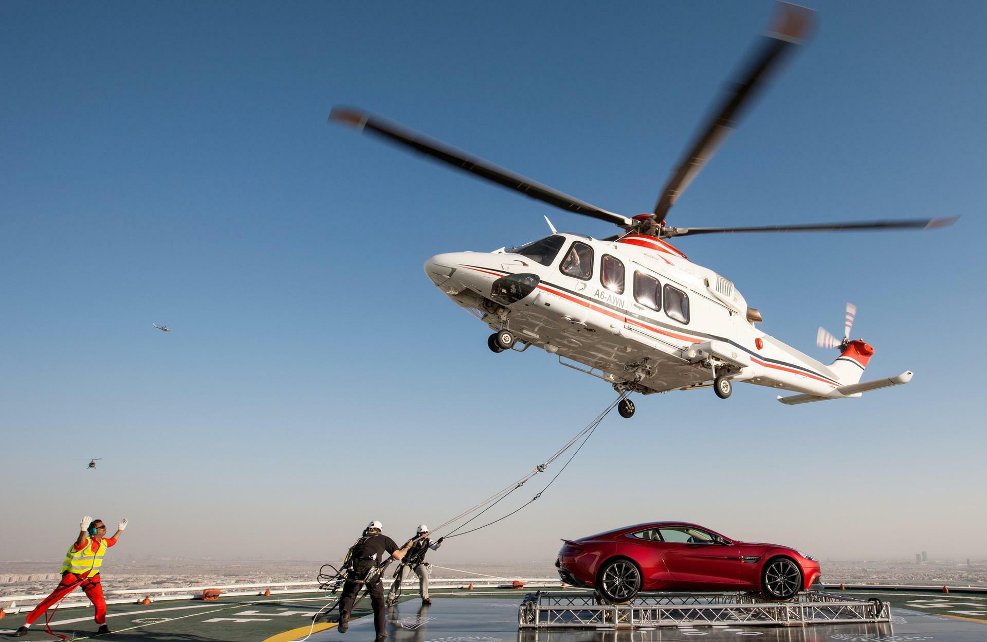 Werbeaktion Zum 100 Firmengeburtstag Wenig Applaus Für Astons Martins Hubschrauber Stunt