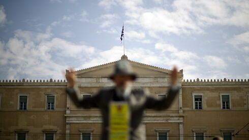 Ein Mann vor dem Parlamentsgebäude in Athen. Quelle: dapd