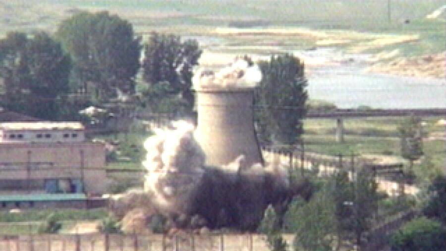 Dieses Videostandbild zeigt die Zerstörung des Kühlturms am Atomtestgelände Punggye-ri im Nordosten des Landes. Quelle dpa