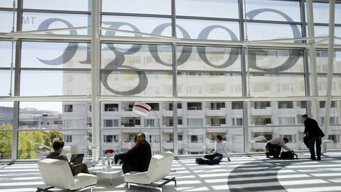 Besucher der Google I/O Konferenz im Moscone Center in San Francisco vor dem Google-Logo. Quelle: Reuters