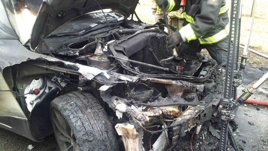 Elektroauto: Ausgebrannter Tesla in Österreich wird zum hochgefährlichen Sondermüll