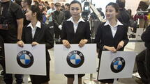 epa03193246 Hospitality staff wait to direct VIPs to the BMW stand at Auto China 2012 as manufacturers from around the world vie for a share in what has been in recent years the world's largest auto market in Beijing, China, 23 April 2012. Annual sales growth dropped in 2011 to less than three percent after years of more than 20 percent increases. The total number of car sales in China for the year 2011 is reported in local media as 18.5 million with forecasts that the figure will reach 30 million by 2020. EPA/ADRIAN BRADSHAW +++(c) dpa - Bildfunk+++ Quelle: dpa
