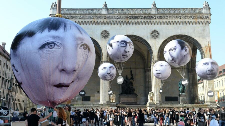 Activists have installed balloons decorated with the portraits of (L-R) German Chancellor Angela Merkel, Italian Prime Minister Matteo Renzi, French President Francois Hollande, Canadian Prime Minister Stephen Harper, British Prime Minister David Cameron and US President Barack Obama on Friday in Munich during a protest activity against the G7 summit. Germany will host the G7 summit at Elmau Castle near Garmisch Partenkirchen. Quelle: AFP