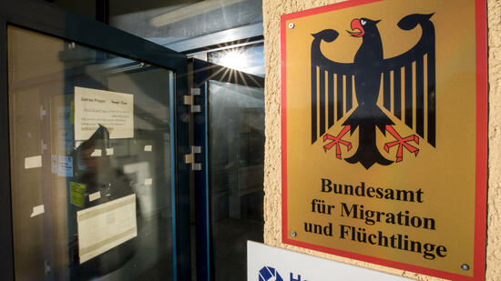 Am Bundesamt werden viele abgeschlossene Asylverfahren überprüft. Quelle dpa