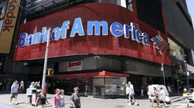 huGO-BildID: 23130089 epa02887389 (FILE) A file picture dated 29 June 2011 showing a Bank of America branch in Times Square, New York, New York, USA. Struggling banking giant Bank of America gained further financial breathing room 29 August 2011, raising 8.3 billion dollars in cash from the sale of half its stake in China Construction Bank. Shares of the Charlotte, North Carolina-based institute gained 3 per cent on the stock market in the wake of the disclosure, coming shortly after US investor Warren Buffett had infused 5 billion dollars into the bank. Bank of America expected to close the deal in the third quarter of 2011, with an after-tax gain on the sale of around 3.3 billion dollars. In a statement, Bank of America said it had agreed to seel some 13.1 billion common shares of China Construction Bank to a group of investors. The bank would retain a 5 per cent share of CCB. EPA/ANDREW GOMBERT *** Local Caption *** 00000402831598 +++(c) dpa - Bildfunk+++ Quelle: dpa