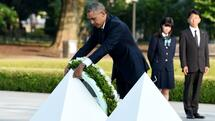US President Barack Obama places a wreath at the cenotaph in the Peace Momorial park in Hiroshima on May 27, 2016 with Japanese Prime Minister Shinzo Abe. Obama on May 27 paid a moving tribute to victims of the world's first nuclear attack. / AFP PHOTO / TOSHIFUMI KITAMURA Quelle: AFP