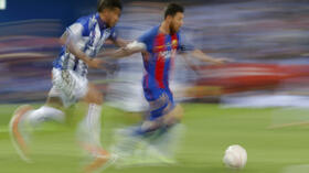 Barcelona's Lionel Messi, right, is challenged by Alaves' Theo Hernandez during the Copa del Rey final soccer match between Barcelona and Alaves at the Vicente Calderon stadium in Madrid, Spain, Saturday May 27, 2017. (AP Photo/Daniel Ochoa de Olza) Quelle: AP