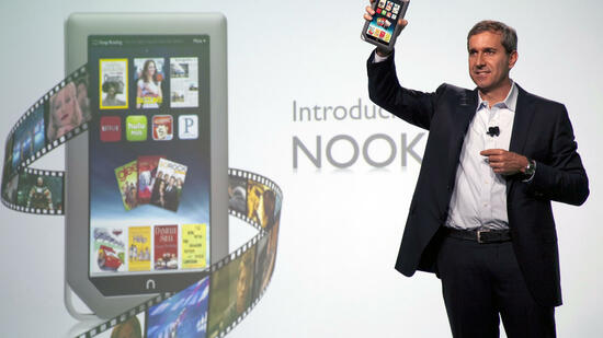 Barnes & Noble-Chef William Lynch mit dem Nook Tablet Quelle: dapd