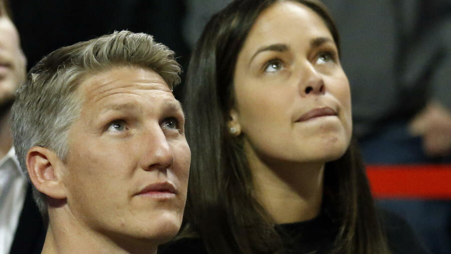 The Chicago Fire's new player Bastian Schweinsteiger, of Germany, left, and his wife Ana Ivanovic look up the score board as they watch an NBA basketball game between the Chicago Bulls and the Cleveland Cavaliers Thursday, March 30, 2017, in Chicago. The Bulls won 99-93. (AP Photo/Nam Y. Huh) Quelle: AP