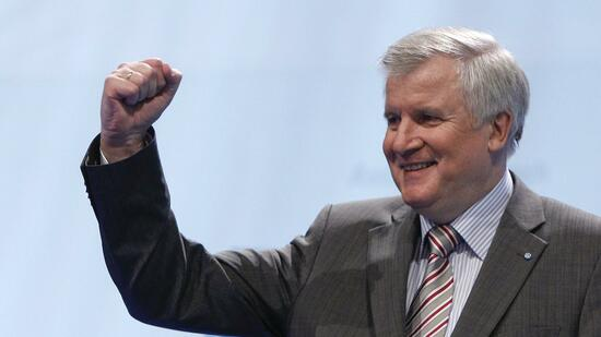 huGO-BildID: 21202031 Bavarian state premier and leader of Bavaria's Christian Social Union (CSU) Horst Seehofer gestures after his speech at the party's traditional Ash Wednesday meeting in Passau March 9, 2011. REUTERS/Michaela Rehle (GERMANY - Tags: POLITICS) Quelle: Reuters