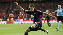 Bayern's Thomas Mueller kicks the ball during the Champions League quarterfinal second leg soccer match between SL Benfica and Bayern Munich at the Luz stadium in Lisbon Wednesday, April 13, 2016. (AP Photo/Armando Franca) Quelle: AP