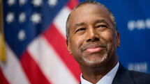 In this photo taken Oct. 9, 2015, Republican presidential candidate Dr. Ben Carson speaks at a luncheon at the National Press Club in Washington. Hillary Rodham Clinton is dominating the money hunt in the presidential campaign. She's collecting more bigger-dollar contributions than any candidate in either party among 26 states. The Associated Press' review found that Republican Ben Carson was the second-best fundraiser in 10 states among those who gave at least $200 this election cycle. The retired neurosurgeon is ahead of former Republican Gov. Jeb Bush of Florida. (AP Photo/Andrew Harnik) Quelle: AP