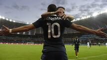 TOPSHOTS France's forward Karim Benzema celebrates with France's midfielder Mathieu Valbuena after scoring his teams third goal during a Group E football match between France and Honduras at the Beira-Rio Stadium in Porto Alegre during the 2014 FIFA World Cup on June 15, 2014. AFP PHOTO / JUAN BARRETO Quelle: AFP