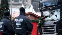 Police standing by a damaged truck at Breitscheidplatz in Berlin. According to police, at least 12 people have been reportedly killed and at least 48 injured when a lorry crashed into a local Christmas market in the evening of 19 December 2016. German police suspect the incident may have been a deliberate attack. Photo: Britta Pedersen/ZB/dpa +++(c) dpa - Bildfunk+++ Quelle: dpa