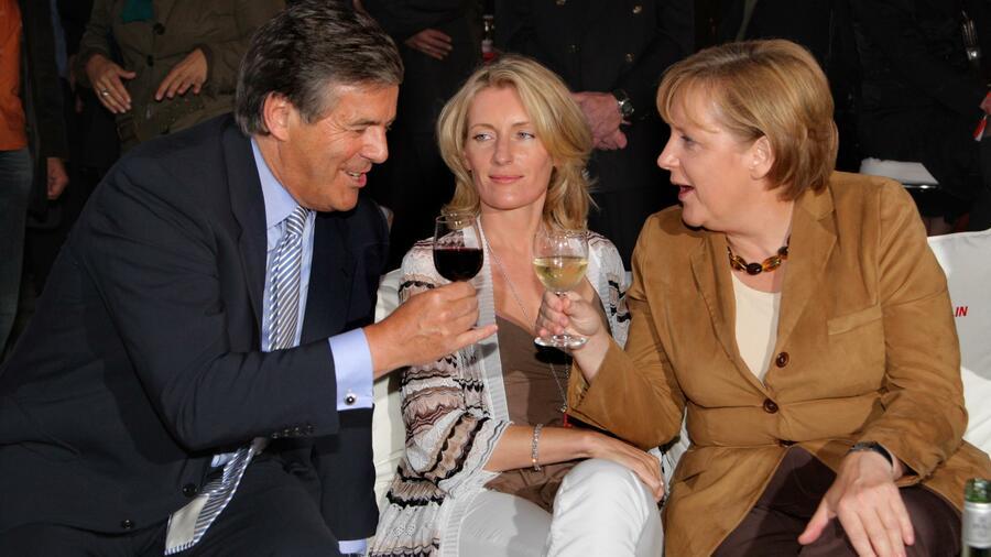 Deutsche-Bank-Chef Josef Ackermann, Schauspielerin Maria Furtwängler und Kanzlerin Angela Merkel im Sommer 2007. Quelle: picture alliance / Eventpress
