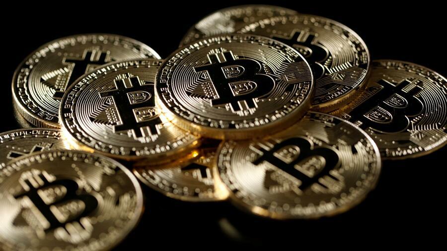 der bitcoin fällt kryptowährungshandel mit kopf und schultern
