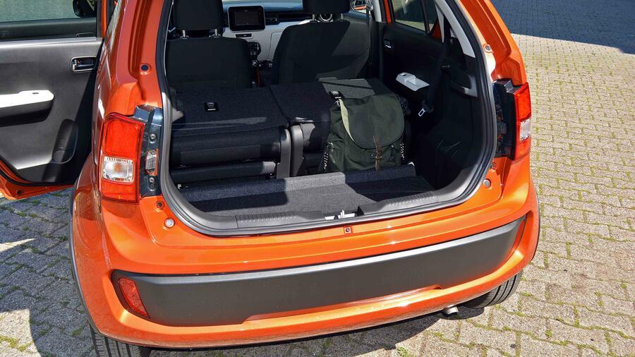 Der Kofferraum Hat Eine Hohe Ladekante Und Die Flache Ist Arg Zerkluftet Umgeklappten